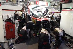Reparatur: Mechaniker am #8 Toyota Gazoo Racing Toyota TS050 Hybrid: Anthony Davidson, Sébastien Bue