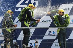 Подиум GTE Pro: победители Даррен Тёрнер, Джонатан Адам, Даниэль Серра, Aston Martin Racing