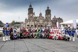 Gruppenfoto: Fahrer und Beifahrer der WRC-Saison 2017