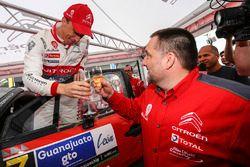 Le vainqueur Kris Meeke et le directeur Yves Matton, Citroën World Rally Team