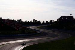 Daniel Ricciardo, Red Bull Racing RB13, achtervolgt Sebastian Vettel, Ferrari SF70H