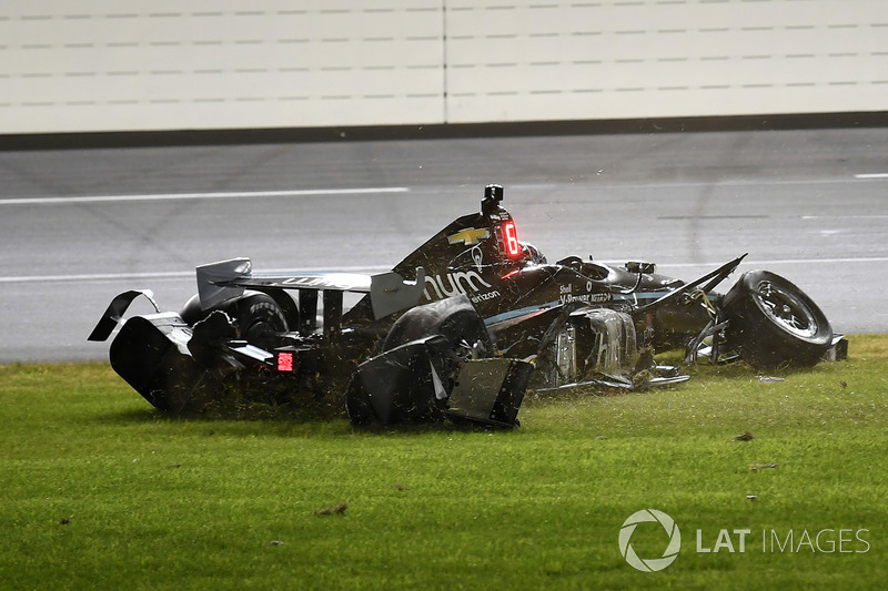 Crash: Josef Newgarden, Team Penske Chevrolet