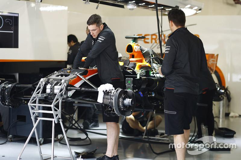 迈凯伦工程师在车库内组装MCL32赛车