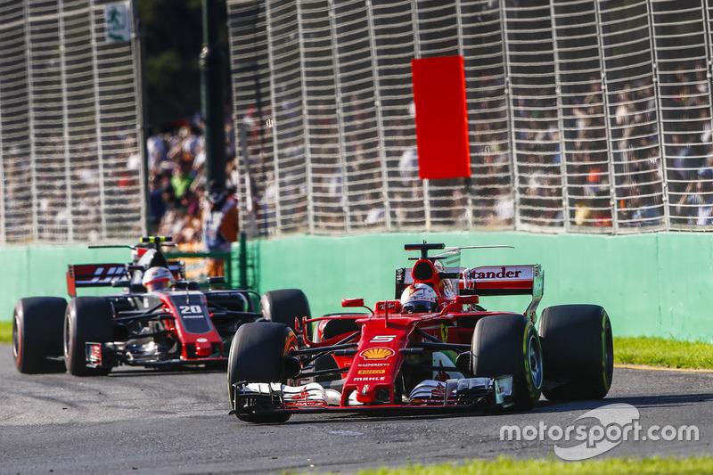 Sebastian Vettel, Ferrari SF70H y Kevin Magnussen, Haas F1 Team VF-17