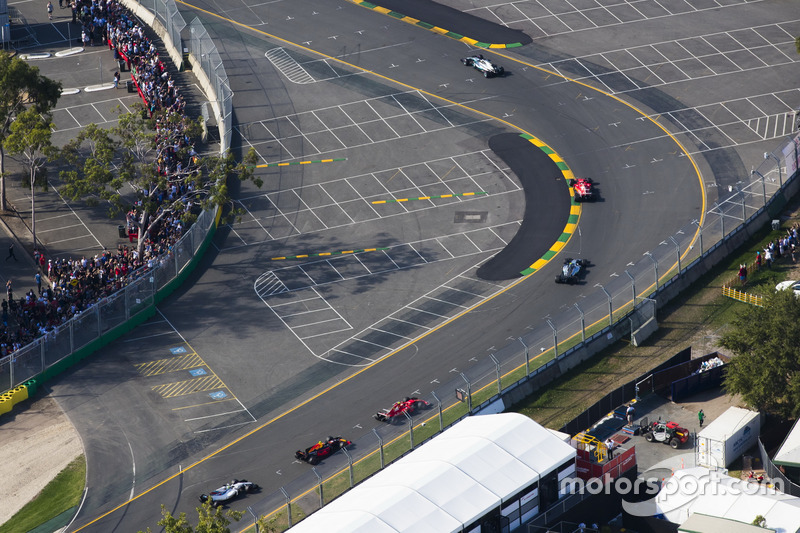 Lewis Hamilton, Mercedes AMG F1 W08, precede Sebastian Vettel, Ferrari SF70H, Valtteri Bottas, Mercedes AMG F1 W08, e Kimi Raikkonen, Ferrari SF70H