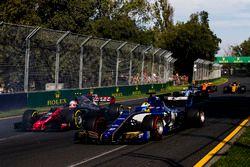 Marcus Ericsson, Sauber C36, voor Kevin Magnussen, Haas F1 Team VF-17