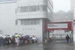 多くのファンが来場したが、雪など悪天候のため中止になってしまった。