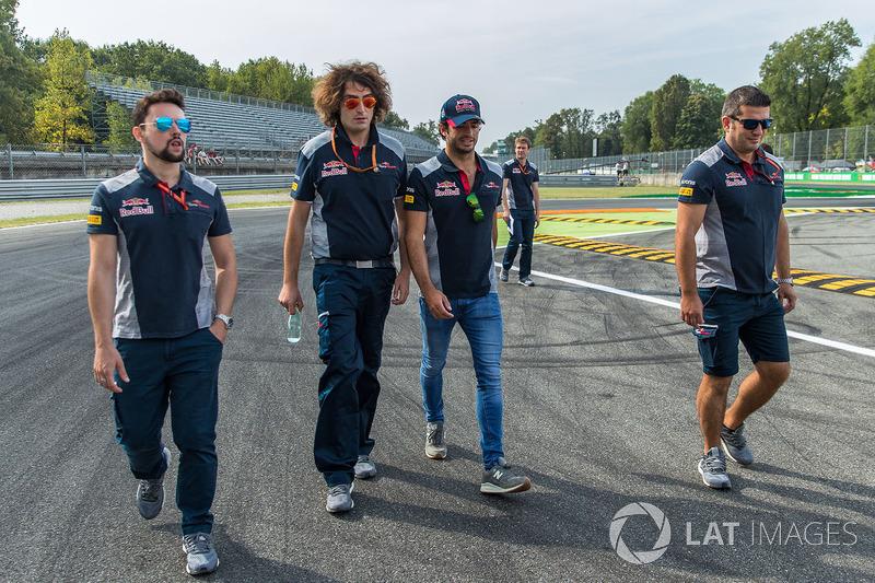 Carlos Sainz Jr., Scuderia Toro Rosso camina en la pista
