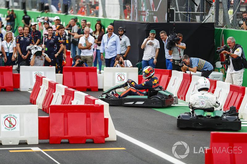Daniel Ricciardo, Red Bull Racing, corre contra el futbolista Francesco Toldo en kart
