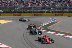 Kimi Raikkonen, Ferrari SF70H y Lewis Hamilton, Mercedes AMG F1 W08