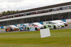 Rob Austin, Handy Motorsport, Toyota Avensis; Tom Ingram, Speedworks Motorsport, Toyota Avensis