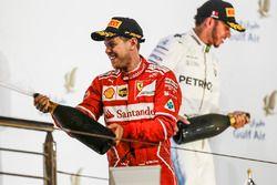 Le vainqueur Sebastian Vettel, Ferrari, le second Lewis Hamilton, Mercedes AMG