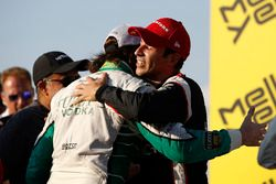 Ganador de la carrera Helio Castroneves, Team Penske Chevrolet, segundo lugar J.R. Hildebrand, Ed Ca