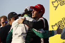 Racewinnaar Helio Castroneves, Team Penske Chevrolet, tweede plaats J.R. Hildebrand, Ed Carpenter Ra