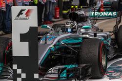 Il vincitore della gara Valtteri Bottas, Mercedes AMG F1 F1 W08 arriva a festeggiare nel parco chiu