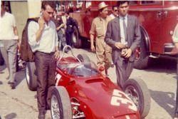 Clay Regazzoni osserva la Ferrari 156 di Giancarlo Baghetti durante le prove