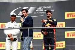 Подиум: победитель Льюис Хэмилтон, Mercedes AMG F1, Марк Уэббер и обладатель второго места Даниэль Р