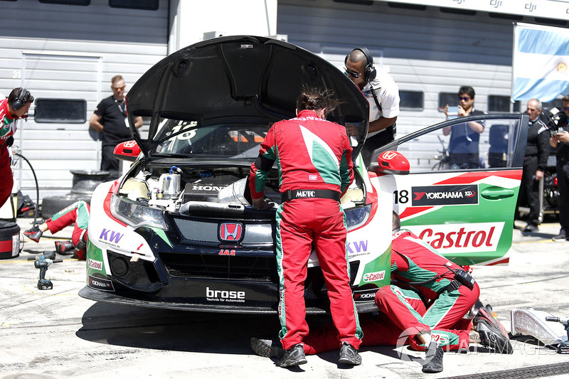 Mechanics of Tiago Monteiro, Honda Racing Team JAS, Honda Civic WTCC working on the car after crash