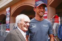 Bernie Ecclestone, presidente emérito de la Formula 1, con Jenson Button, McLaren