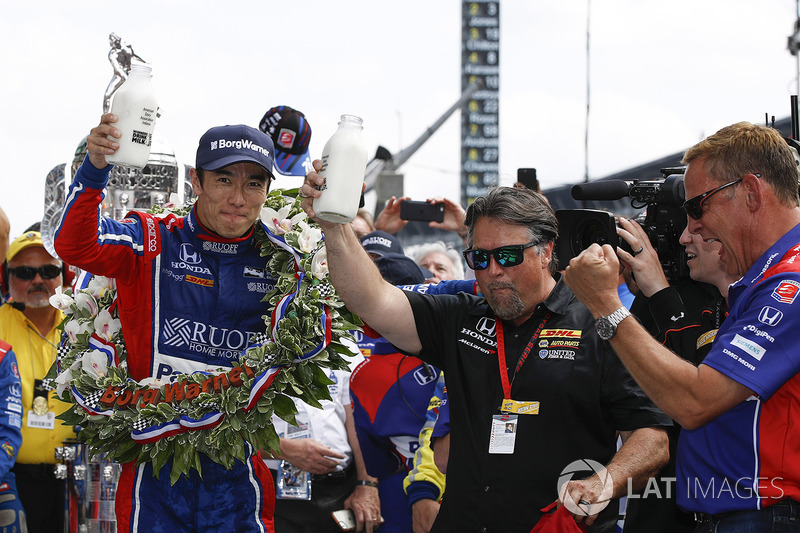 Winner Takuma Sato, Andretti Autosport Honda celebrates with team owner Michael Andretti, Andretti Autosport team owner