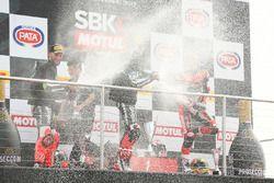 Podium: ganador, Jonathan Rea, Kawasaki Racing, segundo, Tom Sykes, Kawasaki Racing, tercero, Chaz D