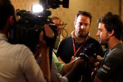 Фернандо Алонсо на пресс-конференции, посвященной участию испанца в «Инди-500»