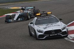 La voiture de sécurité devant Lewis Hamilton, Mercedes AMG F1 W08