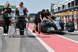 Valtteri Bottas, Mercedes AMG F1 and Tony Ross, Mercedes AMG F1 Race Engineer