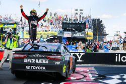 Ganador, Martin Truex Jr., Furniture Row Racing Toyota