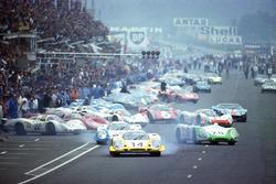 Son gerçek Le Mans startı: Rolf Stommelen, Porsche 917, lider, Vic Elford'ın ve Jo Siffert'ın Porsches LeMans 1969
