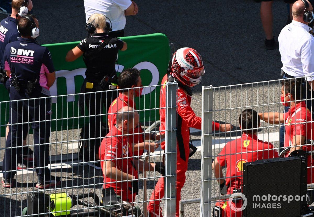 Charles Leclerc, Ferrari, con los mecánicos de Ferrari después de la calificación