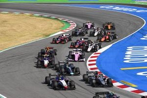 Louis Deletraz, CHAROUZ RACING SYSTEM, leads Nikita Mazepin, HITECH GRAND PRIX, Sean Gelael, Dams, Pedro Piquet, CHAROUZ RACING SYSTEM, and the remiander of the field at the start