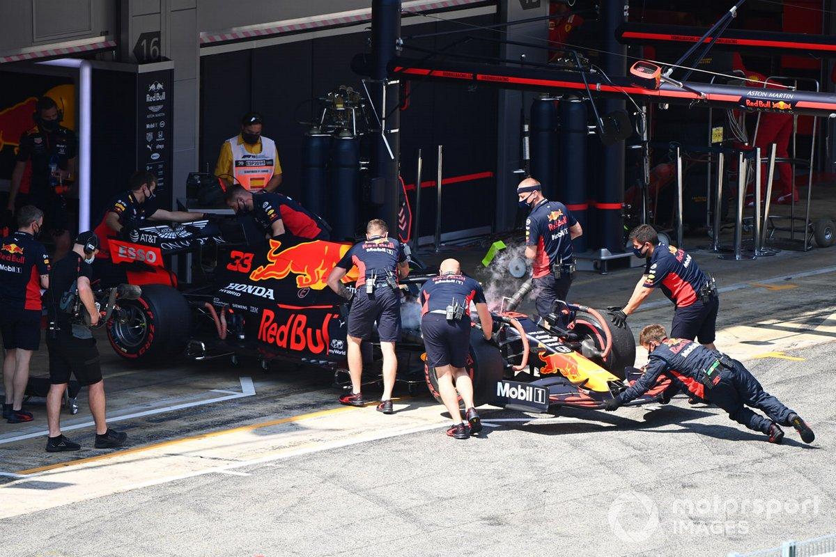 Max Verstappen, Red Bull Racing RB16, es devuelto al garaje