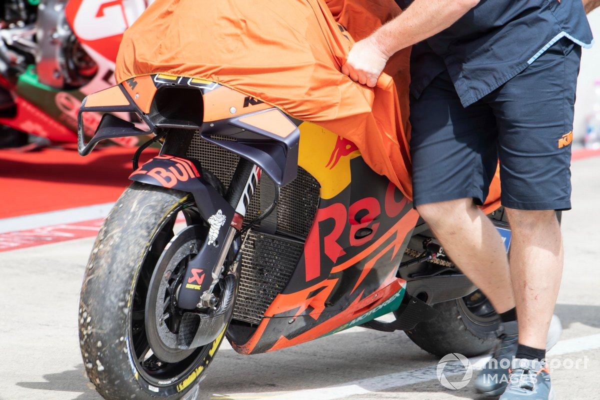 La moto de Pol Espargaro, Red Bull KTM Factory Racing, tras la caída