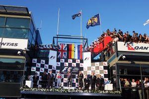 Podio: el ganador de la carrera Sebastian Vettel, Red Bull Racing, segundo lugar Lewis Hamilton, McLaren, tercer lugar Vitaly Petrov, Lotus Renault GP