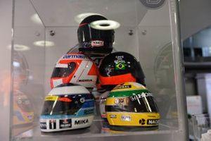 Cascos de los antiguos campeones de McLaren, James Hunt, 1976, Emerson Fittipaldi, 1972 y 1974, Ayrton Senna, 1988, 1990 y 1991, Mika Hakkinen, 1998 y 1999, Nikki Lauda 1984, en la recepción del 50 aniversario de McLaren