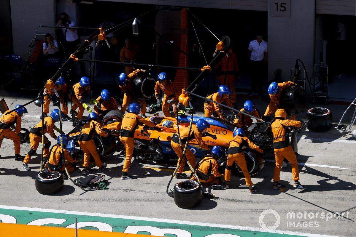Lando Norris, McLaren MCL35 pit stop
