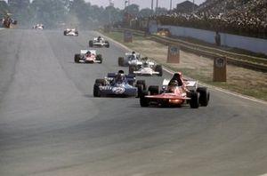 Ronnie Peterson, March 721 tiene dietro Francois Cevert, Tyrrell 002, GP d'Argentina del 1972