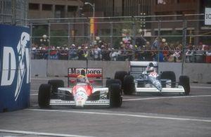 Ayrton Senna, Mclaren MP4/5B Honda precede Jean Alesi, Tyrrell 018 Ford, al GP degli Stati Uniti del 1990