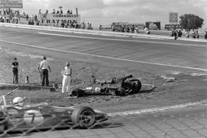 Jack Brabham, Brabham BT33 Ford, pasa un un coche en llamas