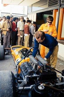 Los mecánicos trabajan en el McLaren M14A Ford de Bruce McLaren en pits