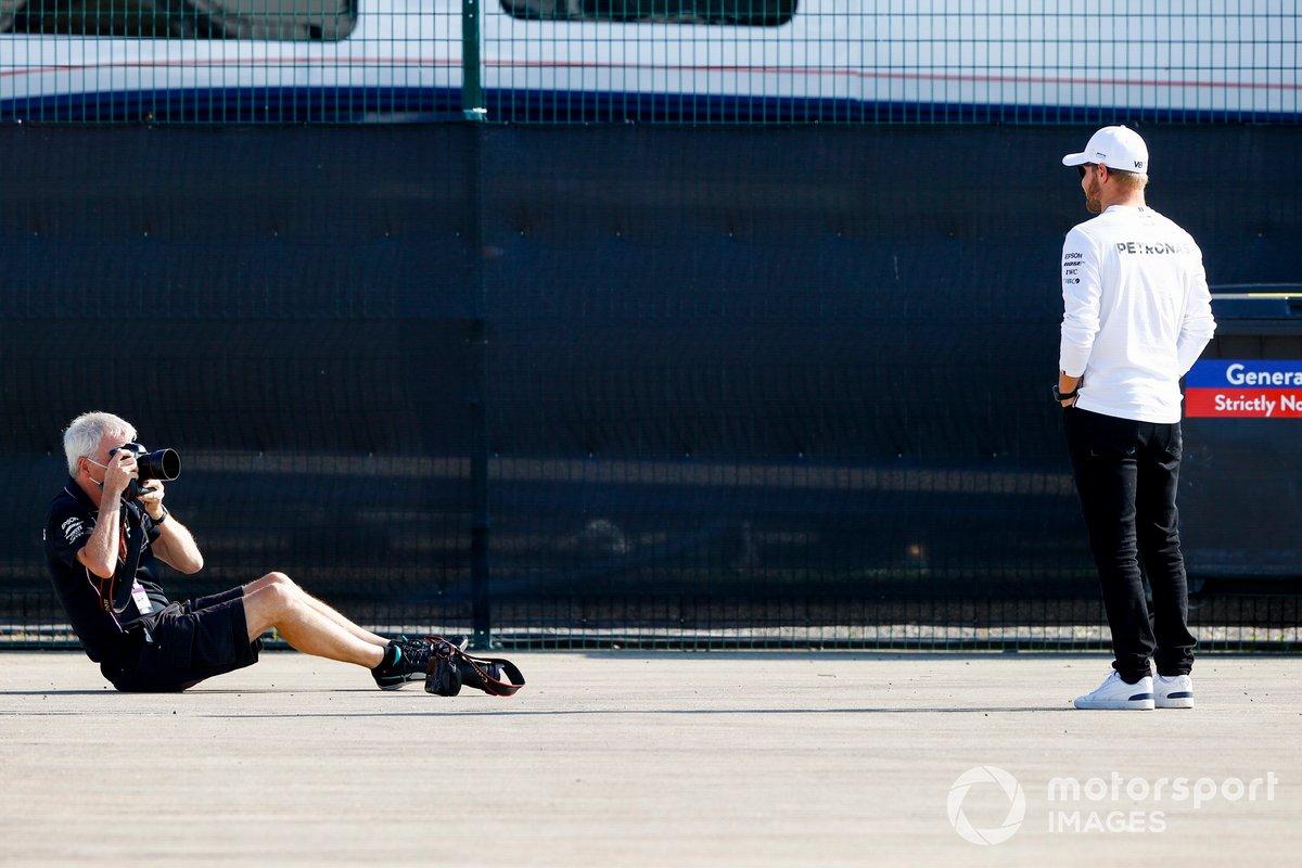 Steve Etherington hace una foto a Valtteri Bottas, Mercedes-AMG Petronas F1