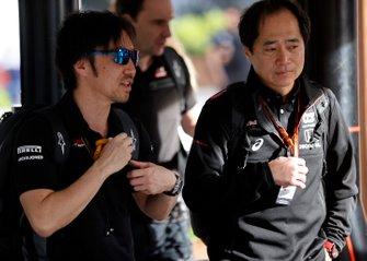 Ayao Komatsu, Chief Race Engineer, Haas F1 and Toyoharu Tanabe, F1 Technical Director, Honda arrive at the circuit