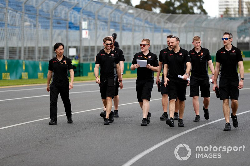 Romain Grosjean, Haas F1 Team walks the track with members of the team including Ayao Komatsu, Chief Race Engineer, Haas F1