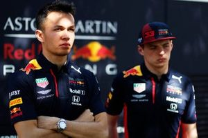 Alex Albon, Red Bull Racing, y Max Verstappen, Red Bull Racing
