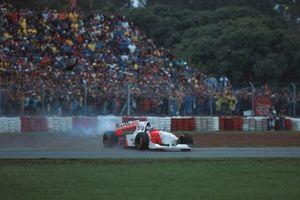 Mika Hakkinen, Mclaren MP4-10, se retira tras una colisión con Eddie Irvine