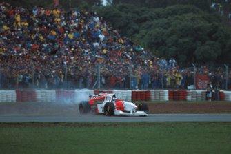 Mika Hakkinen, Mclaren MP4-10 va fuori pista dopo il contatto con Eddie Irvine, GP d'Argentina del 1995