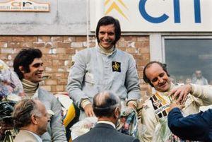 Emerson Fittipaldi celebra la victoria con François Cevert, en segundo lugar y Denny Hulme, en tercer lugar