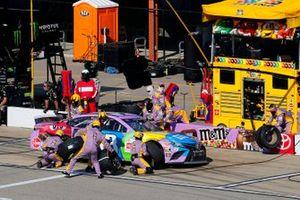 Kyle Busch, Joe Gibbs Racing, Toyota Camry M&M's Fudge Brownie pit stop