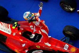 Race winner Fernando Alonso, Ferrari F10
